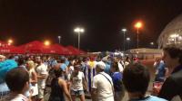 凌晨两点! 乌拉圭球迷仍在球馆外享受胜利, 美女球迷热舞太性感