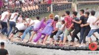 网红桥落水视频, 紫衣美女终于掉下去了, 全场人看见都笑了