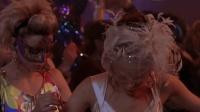 美女和小伙亲吻后, 倒霉的事不断降临, 在舞会上裙子都撕破了