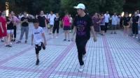 5岁小孩子广场学跳鬼步舞, 好可爱哦, 围观的群众都看入迷了!