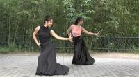 紫竹院广场舞——月光下的凤尾竹, 两位小美女演绎精彩的傣族舞蹈