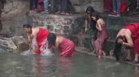 中国有一邻居面积小的可怜, 一天就能转完, 习惯一起露天洗浴