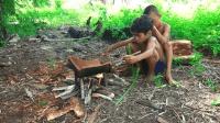 小男孩野外抓椰子虫, 放在破瓦罐上烤着吃, 这东西当零食吃真少见