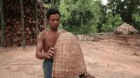 野外求生, 男子用藤条编粪筐, 很常见的一种农具!