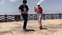 点击观看《鬼步舞斗舞 38岁阿姨广场PK17岁帅小伙曳步舞现场激烈》