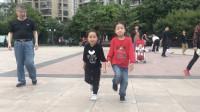 点击观看《减肥鬼步舞视频 广场上6岁男孩彪曳步舞》