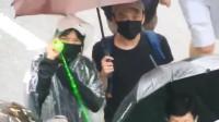 示威者持激光笔不停扫射 高处市民用华为手机拍下丑恶嘴脸