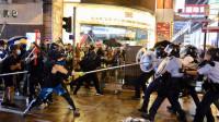 暴徒当街追打警察,警察掏枪
