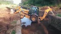 牛人发明:是时候表演真正的技术了,小伙开挖掘机过水渠!这技术真开眼界了!