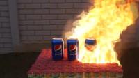 老外用3罐可乐对抗10万根火柴,点燃之后,画面看着太激动了