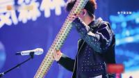王俊凯吉他弹唱开口让人惊艳,谢霆锋歌声充满沧桑