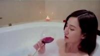 美女裸体浴缸拍私密写真上演湿身诱惑,最后和摄影师滚床单
