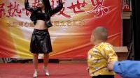 儿子学美女跳舞