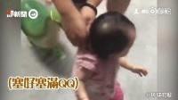 顽皮爸爸恶搞女儿 萌娃被恐龙气球追得逃跑
