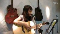 美女吉他弹唱《我只在乎你》