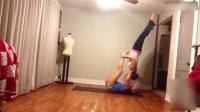 全程搞笑!美女练瑜伽啪啪打脸狂出糗.