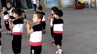镜头右边第一个  小男孩  穿白色凉鞋的    看看跳的  真不赖