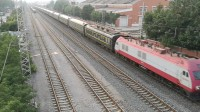 火车视频~津山线~SS9 0183牵引电客K1023次通过天津四号楼。