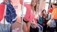 【牛男独家】性感女孩地铁里秀钢管舞 男士投来色迷迷的眼神