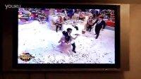 罗马尼亚2013年新年晚会-帅哥带尿不湿与美女跳舞