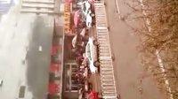 切糕(潍坊火车站)16个切糕商贩围堵一个女孩,警察也在现场