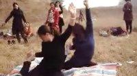 视频: 襄阳-《缘聚一堂户外运动群》野餐完双人瑜伽qq670496325