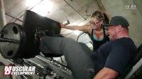 男女训练搭档马修和娜塔莉的腿部训练录像