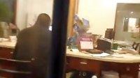 [拍客]党员服务中心工作人员上班看美女照片
