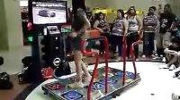 美女跳舞机上玩曳步舞 鬼步舞