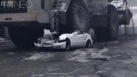实拍:煤厂铲车司机开铲车压扁挡路的豪华小车