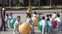 视频: 【完整版】小班体育活动《滚球追球》体育游戏教案