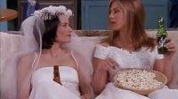 莫妮卡瑞秋菲比穿着婚纱喝啤酒看电视