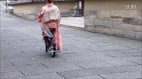 美女穿振袖和服骑自行车