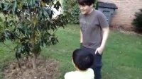 小大小二傍晚跟隔壁的犹太大奶妹邻居姐姐玩球