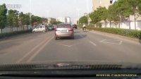城管的车违章跨双黄线掉头,电单车刹不了车,撞上了!