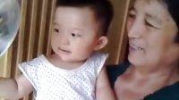 11个月大的孩子给妈妈扇扇子!超可爱
