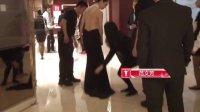 第16届上海国际电影节红毯幕后:范文芳露背长裙险被踩 130616 范文芳红毯长裙险被踩