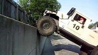 悍马垂直攀爬 90度的接近角爬竖直的墙