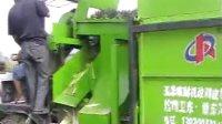 玉米收割机现场收割玉米
