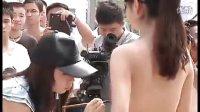 【拍客】实拍湖南酷暑人体彩绘现场 美女如云惊爆游客眼球