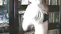 美女戴着LOHO眼镜在家中热舞