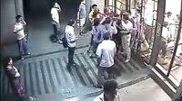 监控实拍:上海中远两湾城群租二房东殴打花甲老人夫妻过程