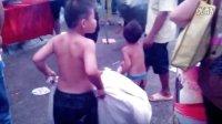3岁小孩扛着麻袋找爸爸