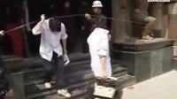 上海闹市一工人坠落 后脑着地当场身亡