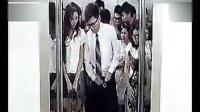 屌丝男为挤超重电梯扒下美女内衣