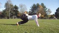 视频: 15街头足球背上滚球教学