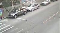 求此视频中7点10分33秒经过画面的出租车车牌号