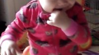 妹妹自己坐球上跳跳跳,拍拍手