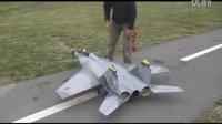 牛逼的老外自造加油小型战斗机