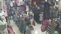 小偷抱小孩偷衣服